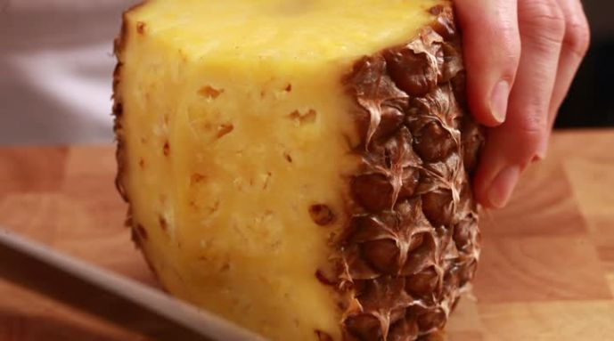 Kijk wat een handige video op Allerhande! Ananas schillen en snijden