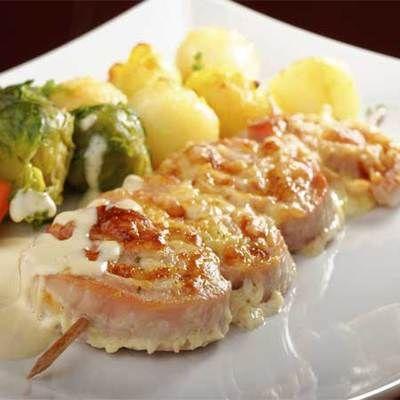 A karajszeleteket jó vékonyra kiklopfoljuk, majd mindkét oldalukat bekenjük sóval, borssal, zúzott fokhagymával és mustárral. Ezután az egyik oldalukon egyenletesen elosztjuk a paradicsompürét, a finomra vágott petrezselymet, zsályaleveleket és a húsokat szorosan felgöngyöljük.  4-4 hústekercset hosszú, előzőleg vízben áztatott hurkapálcikával összetűzzük, hogy ne essenek szét, meglocsoljuk az olajjal és 1 órára hűtőbe tesszük.  Grillrácson vagy teflon serpenyőben a bepácolódott húsok…