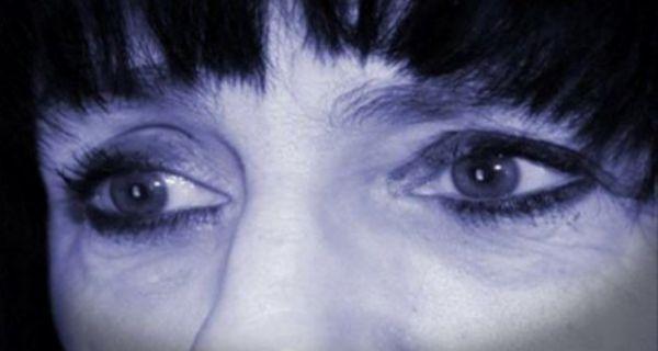 loading...  Az+Alzheimer-kór+korai+tünetei+–+Amik+figyelmeztetnek+a+rettegett+szellemi+leépülésre Gyengülő+memória Az+Alzheimer-kór+egyik+korai+tünete,+hogy+bár+a+hosszú+távú+memória+ép+és+jól+működik,+a+rövidtávú+sérül,+szétesik.+A+betegek+általában+elfelejtik,+hogy+valamiről+pár+perccel…