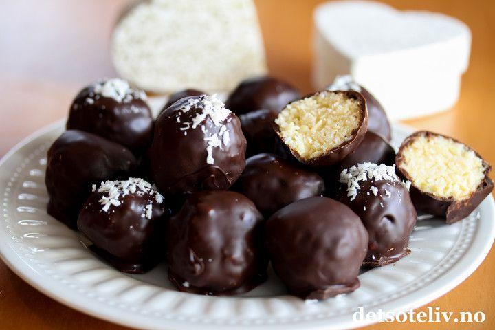 Bountykuler må jeg lage hver eneste jul - og dette er også en av de mest populære konfektoppskriftene her på Det søte liv. I år lagde jeg dem med mørk sjokolade i stedet for lys, og det skulle ikke mer til for å gi Bountykulene en litt mer eksklusiv og voksen smak. Supergode er de i alle fall!