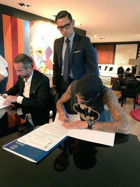 Você procurando ESTÁGIO: terno, gravata, sapato, gel no cabelo.  Neymar assinando o maior contrato da história: regata do Batman.