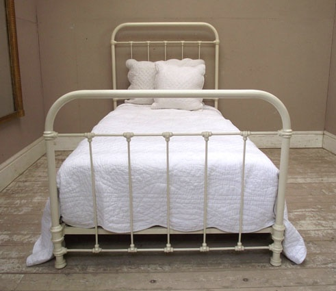 This Vintage Hospital Bed Doesn T Have A Crank But With