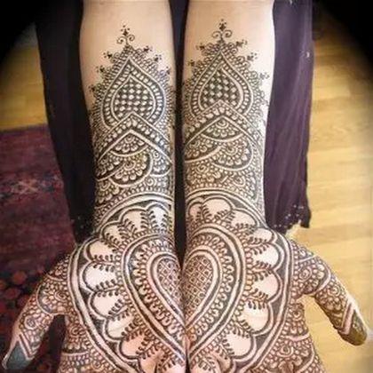 Beautiful Heart Shaped Bridal Mehndi Design