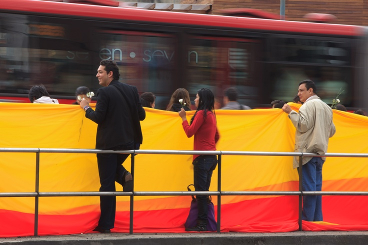 Amor por Transmilenio. Los ciudadanos adelantaron jornada de reivindicación por TransMilenio: lo llenaron de huellas y mensajes positivos en las estaciones afectadas por los disturbios del viernes pasado. Foto: Juan Diego Buitrago / EL TIEMPO  15/03/2012