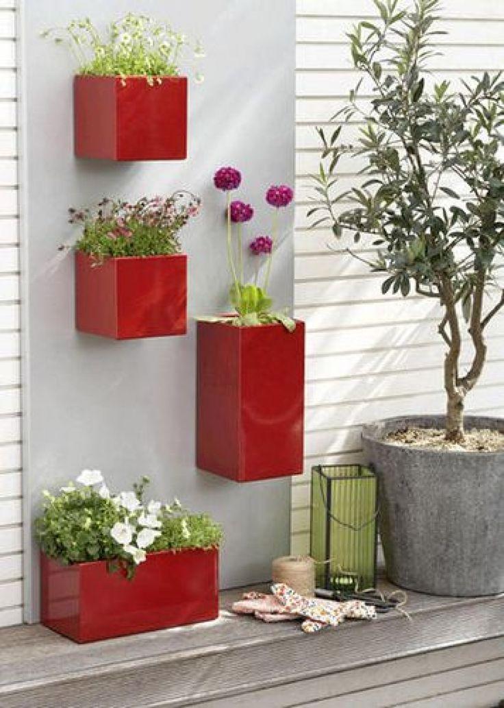 Stijlvol, hip en kleurrijk – bevestig een paar bloempotten tegen de muur en zet daar gewoon je plantjes of bloemen in.