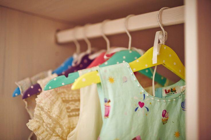 Разноцветные вешалки доя девочки (можно вместе раскрасить)