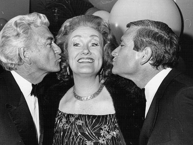 Prime Minister Bob Hawke (L) and NSW Premier Nick Greiner prepare to give Dame Joan Sutherland a congratulatory kiss after her final performance at the Opera House