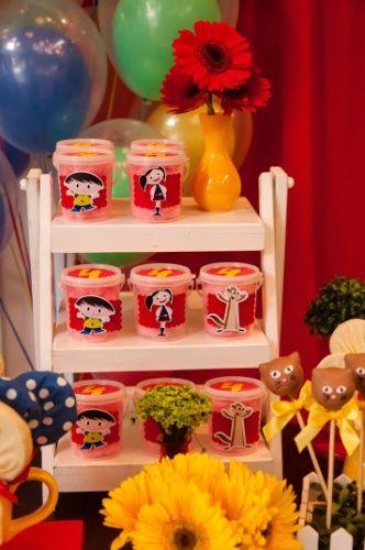 Para adoçar e colorir a festa, Rosângela Ribeiro, da Mariah Festas, colocou algodão doce em potinhos com o desenho dos personagens Luna, Júpiter e Cláudio. Gérberas também compunham a decoração da mesa