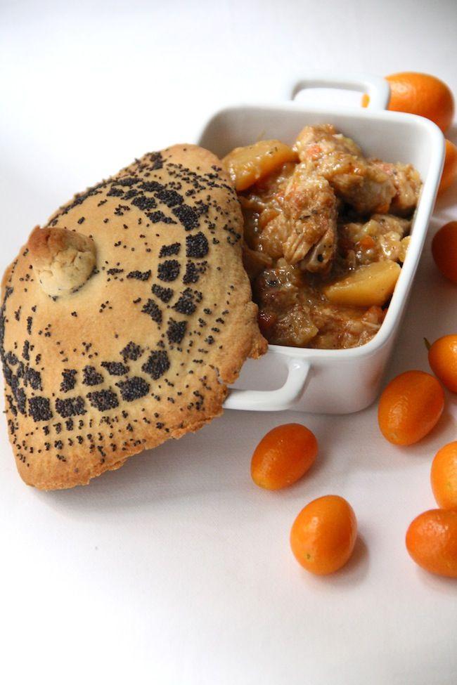 """Spezzatino di lombo di maiale e patate ai kumquat , """"sotto un coperchio"""" di pasta al vino con semi di papavero"""
