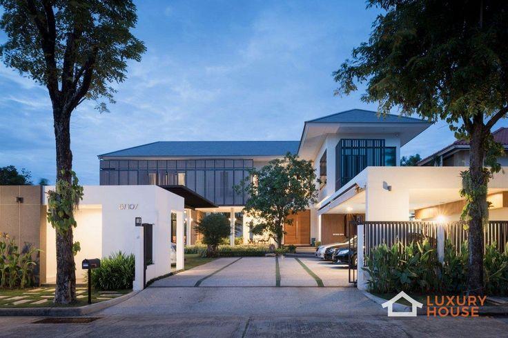 Особняк в Нонтхабури  Энтузиастам инновационного дизайна интерьера интересно будет узнать, как архитекторы из Archimontage Design Fields Sophisticated справились с задачей по созданию максимально комфортного и стильного дома в условиях климата Таиланда. Tiwanon House — это превосходная современная резиденция для отдыха как в жаркий день, так и в прохладную дождливую погоду. Огромные панорамные окна обеспечивают достаточное количество естественного света. В то же время деревянные жалюзи, не…