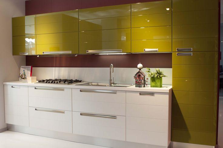 Cucina Scavolini Rainbow (rovere bianco assoluto e laccato verde Oliva). Showroom di Lainate