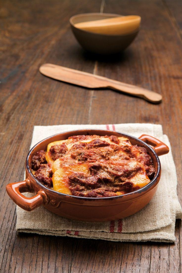 Preparate la polenta: in un paiolo oppure in una larga casseruola portate a bollore un litro d'acqua salata, versatevi la farina e, mescolando,...