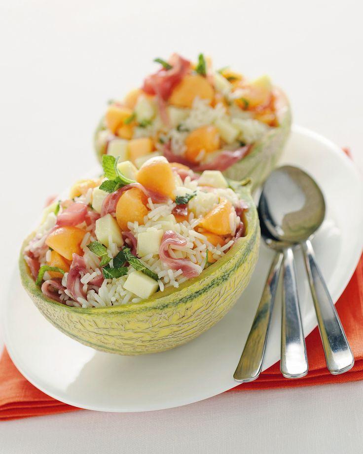Insalata di riso nel melone: Scopri come preparare questa deliziosa ricetta. Facile, gustosa e adatta ad ogni occasione. Questo piatto freddo ha un tempo di preparazione di 25 minuti.