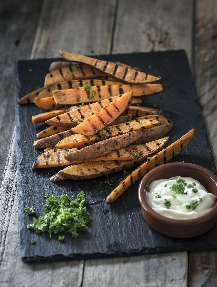 Na stamppot van zoete aardappel, gepofte zoete aardappel, salade met zoete aardappel eneen curry met zoete aardappel, kan een recept voor gegrilde zoete aardappel natuurlijk niet uitblijven.Vandaar dit heerlijke en makkelijke recept. Van alle zoete aardappel recepten staat deze het snelst op tafel. Met de grillpan of barbecue De zoete aardappel kun je grillen in...Lees verder