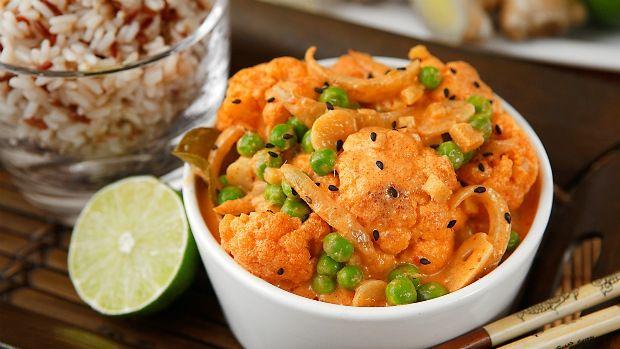Květák je velmi vděčná zelenina do všech aromatických kari jídel. Skvěle totiž absorbuje chuť a vůni použitého koření. Zkuste tuto variaci inspirovanou thajskou kuchyní, určitě vás nezklame.