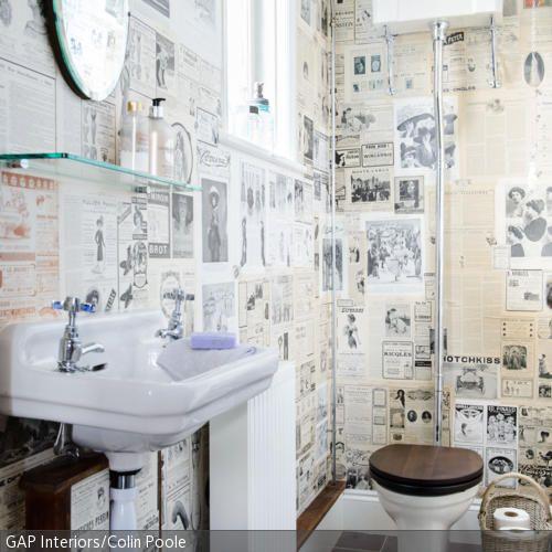 Das Badezimmer wurde mit einer originellen Tapete im Zeitungs-Look tapeziert und erhält dadurch ein lässiges Retro-Flair. Der WC-Sitz und die Abdeckleisten in…