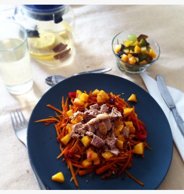 Cenoura em forma de espaguete com cebola roxa, tomate e molho de soja com atum natural, pedaços de pêssego e amêndoas torradas