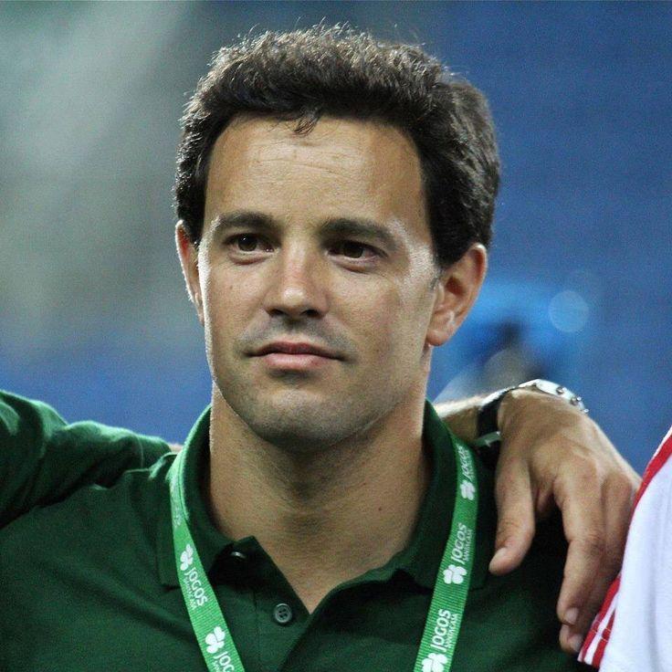 JOÃO MOURA REFORÇA A EQUIPA DO CASCAIS RUGBY  O professor João Moura, Licenciado em Educação Física e Desporto, começou a carreira de Treinador em Loulé, no Rugby Clube de Loulé, em 1999/2000 e por lá esteve durante 8 anos, com os escalões de formação e com o Feminino.  Em 2007/2008 veio para Lisboa, onde ingressou no Belenenses Rugby, tendo sido responsável pelo escalão de Sub-16, durante uma época e pelo escalão dos Sub-18, durante duas épocas.  Em 2007 iniciou a colaboração com a…