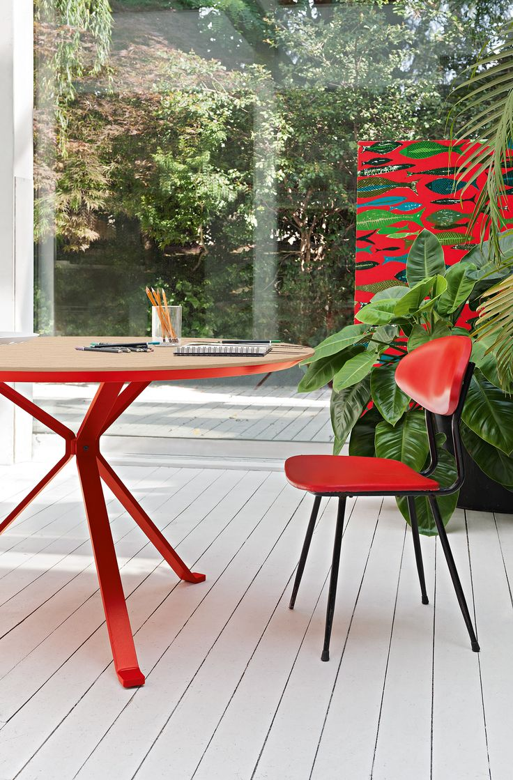 Revo table with round pale oak wood top and red metal structure #humanoffice #living #focusoncolor #red #passion