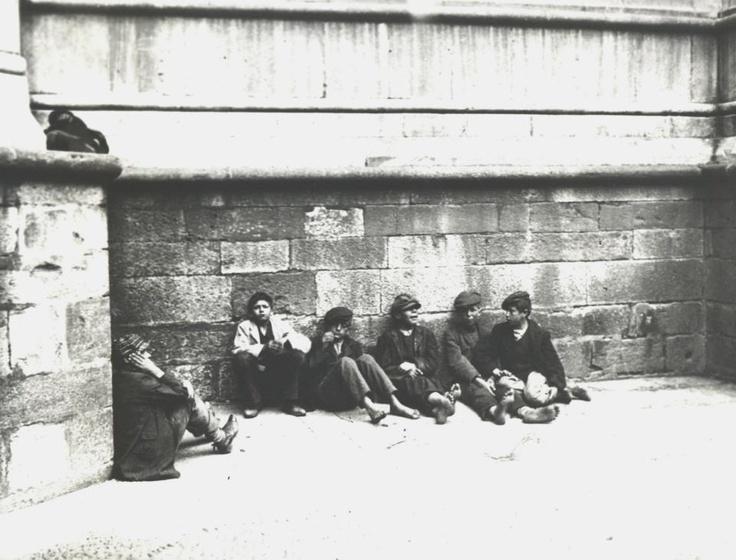 """I Poer Fieui"" - Thugs vagrants in old Piazza del Duomo"