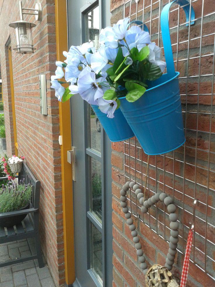 hang het naast je voordeur. (Kijk ook naar de mooie gekleurde deurkozijnen. Zo'n goed idee!)