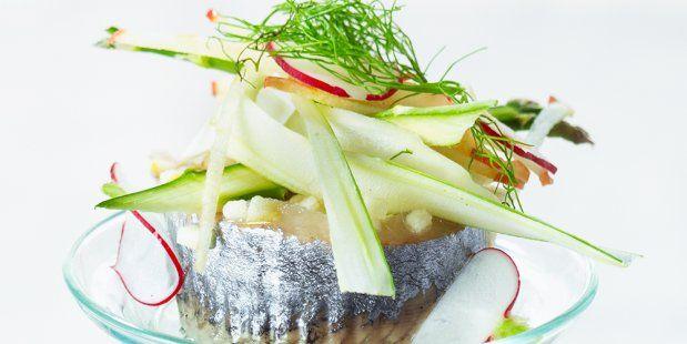 Recept voor een hapje van Hollandse Nieuwe met een vulling van appel en Griekse Yoghurt. Geef het haring-taartje extra smaak met venkel en radijs.