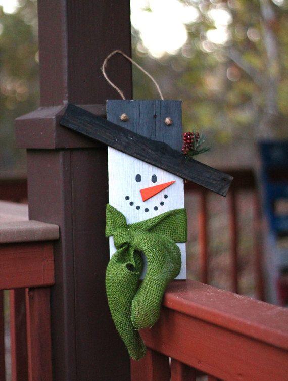 Utiliser cette adorable bonhomme de neige en bois comme un accent décoratif dans votre maison, accroché sur une porte ou comme un type de couronne tout au long des vacances. Créé à partir de chêne récupéré. Bonhomme de neige fini est 12.5 de hauteur et 12 de large (bord du chapeau).  Livraison gratuite de domestique