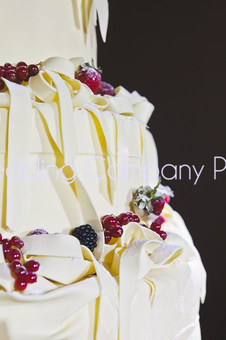 White cake with wild berries decor.   The Wedding Company - Portugal.  Photo by Catarina Zimbarra Photography.
