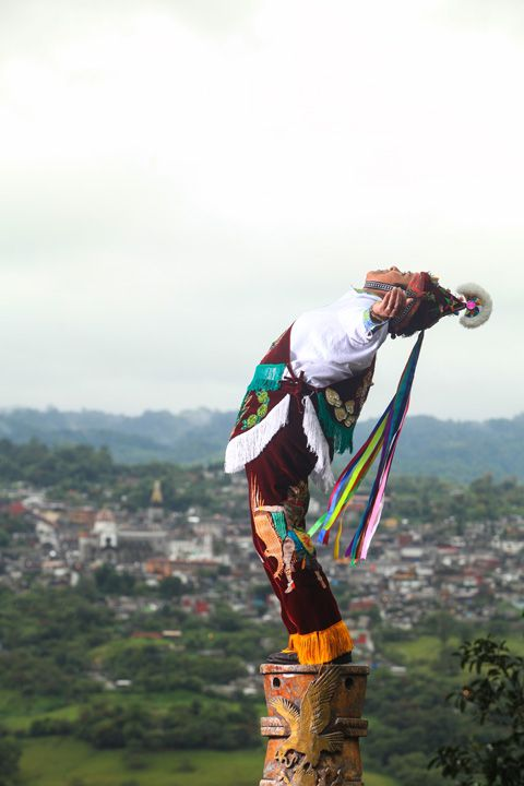 """Danzante Totonaca en la cima del poste; de los famosos """"Voladores de Papantla"""" en Veracruz, Mexico. Cuetzalan, abundancia en la montaña. #Mexico"""