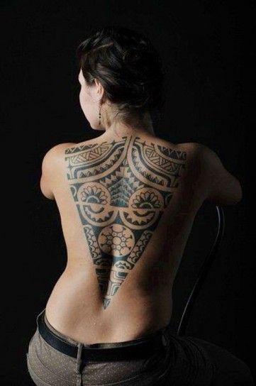 Grosso tatuaggio tribale trinagolare sulla schiena