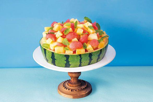 真夏のバースデーケーキにも最適! かわいい「すいかのケーキ」のレシピ|夏休みのシンボル「すいか」を 食べつくす3つのレシピ!|■材料(2ホール分) ・赤すいか:中型1個(直径22㎝程度) ・黄すいか:1/6カット分 ・橙色のすいか(品種はサマーオレンジ):1/6カット分 ・ミントの葉:40枚くらい ・塩:適宜  ※下準備として、すいかはよく冷やしておく。 ※黄色と橙色のすいかのかわりに、メロンやプラム、パイナップルなどをのせてもおいしい。