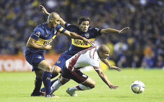 """Boca Juniors derrotó sobre el final 2-0 a River Plate y se quedó con la cima del torneo argentino de fútbol con un triunfo clave en el primer """"superclásico"""" antes de la serie que los enfrentará a partir del jueves por los octavos de final de la Copa Libertadores."""