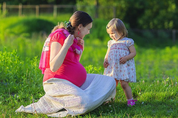 Фотографія супроводжує нас протягом усього нашого життя. На якихось знімках ми посміхаємось, десь – плачемо; інколи приймаємо серйозний вигляд, а подекуди – зображаємо цілковиту безтурботність. Для жінки крім звичайного рутинного періоду в житті є ще одна унікальна пора, коли в ній росте та розвивається її дитя. Останнім часом великої популярності набувають фото вагітних жінок. …