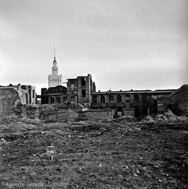 """Nowy """"Pałac Kultury i Nauki"""" w Warszawie (Polska) wyłania się ponad gruzowisko. Wybudowany został w latach 1952 – 1955."""