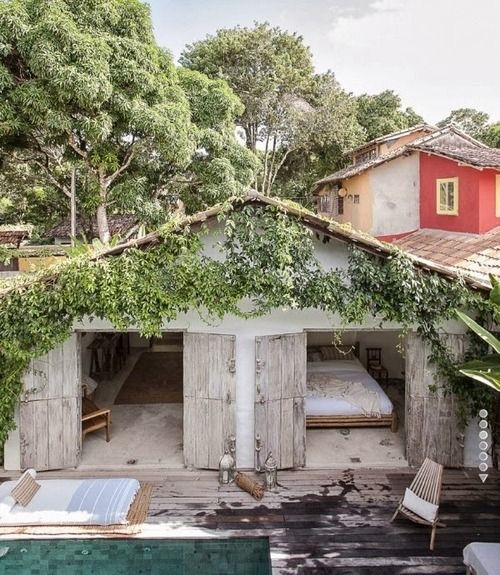Elle Decor | Surrounded by tropical greenery in Trancoso - Ha, in het (minder) mooie rode huis erachter verbleven wij......