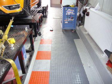Werkstatt mit Bodentyp SPOT-Tec in grau, silbergrau und rot