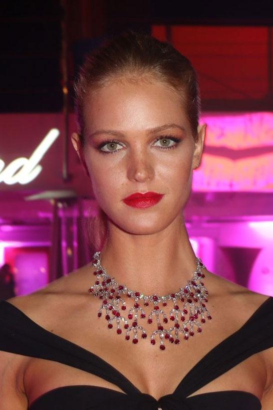 Erin Heatherton en Chopard collier en or blanc 18 carats orné entre autres de rubis (85.14 carats) et de diamants taille marquise (15.37 carats)