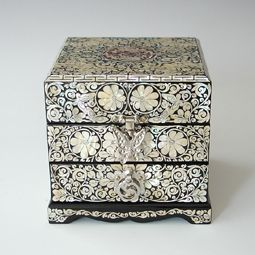 Mother of Pearl Jewelry Storage Box Inlaid with Arabesque and Butterfly