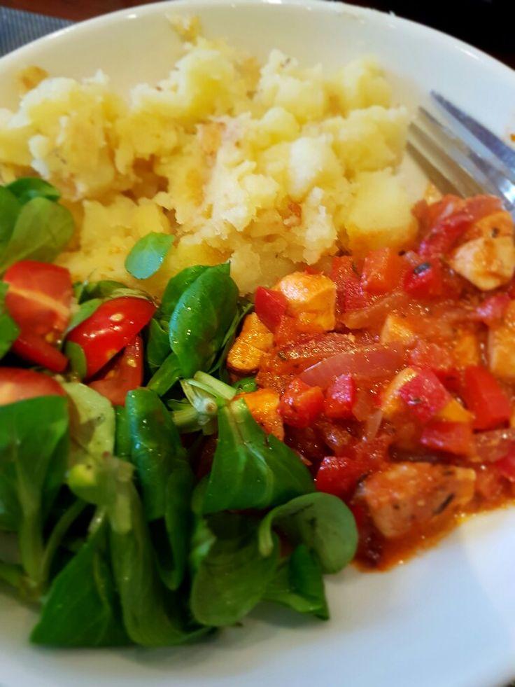 Zalmpotje op zijn Italiaans met gebakken aardappelen    Ingrediënten: 2  rode uien  3  paprika's  handje  olijven (liefst met sardientjes gevuld) 1 el kappertjes  1 klein blikje tomatenpuree    Italiaanse kruiden: rozemarijn, tijm    paprikapoeder  1,5 dl groentebouillon  200 g zalmfilet (vel eraf halen)   zout en peper    gebakken aardappeltjes    veldsla    tomaatjes   Bereiding: Snijd de uien, paprika en olijven.   Verhit 1 el olijfolie in een pan en bak de ui glazig. Voeg de paprika…