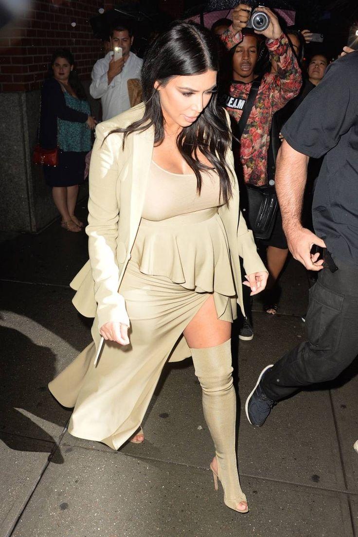 Grávida, Kim Kardashian quase mostra demais com fenda reveladora em Nova York http://r7.com/wnn4