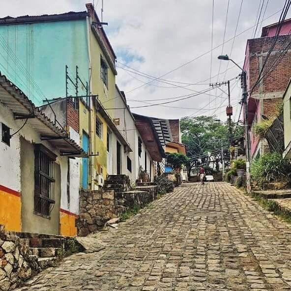 En #LaCiudadideal #MisCalles del Barrio #SanAntonio recogen parte de la historia de #CaliCo #Cali ... Foto: - Andrea Gómez- ...