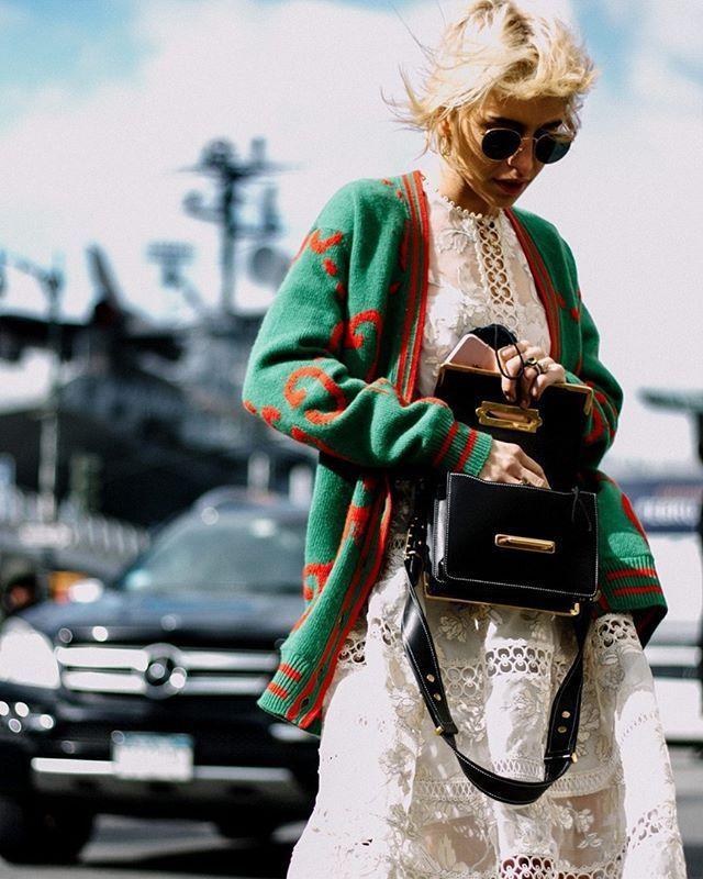 O cardigan com pegada vintage da @gucci deixa o vestido de renda pronto para os dias mais frios no look de @carodaur. Que tal? #LOFFama  via L'OFFICIEL BRASIL MAGAZINE INSTAGRAM - Fashion Campaigns  Haute Couture  Advertising  Editorial Photography  Magazine Cover Designs  Supermodels  Runway Models