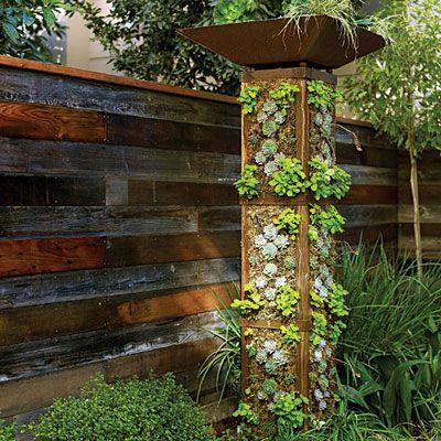 torre de jardín vertical (podría tener una luminaria solar arriba)