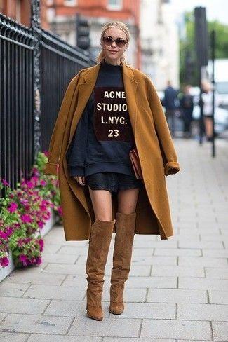 Die Vielseitigkeit von einem rotbraunen Mantel und einem schwarzen Leder Minirock machen sie zu einer lohnenswerten Investition. Komplettieren Sie Ihr Outfit mit braunen Overknee Stiefeln.