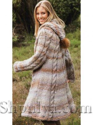Пальто из кос с капюшоном, вязаное спицами