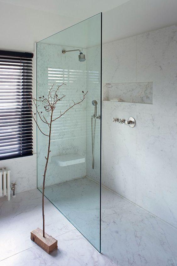 Las duchas sin plato o a ras de suelo evitan la fragmentación del espacio y contribuyen a crear sensación de amplitud. Veamos algunas ideas...
