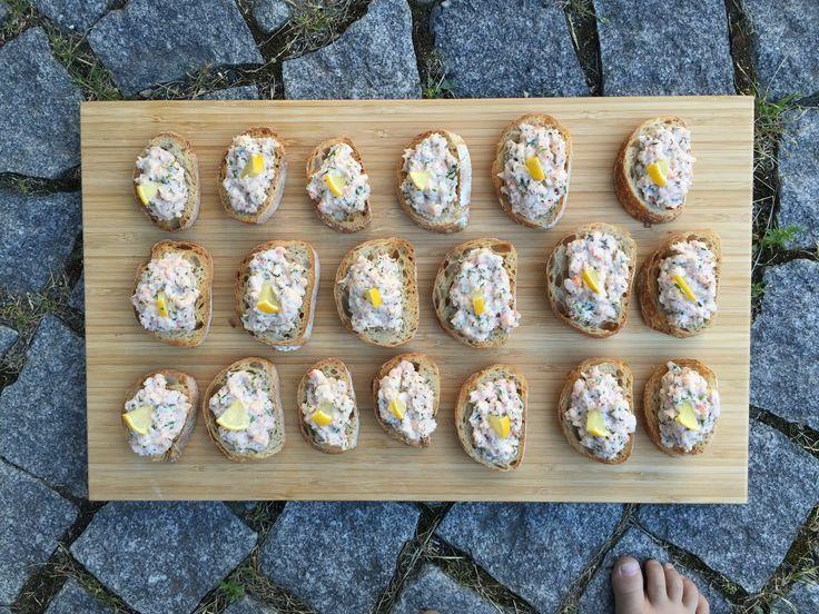 Här kommer recept på en riktig sommarfavorit - Skagenröra. Vi gillar vår Skagenröra gjord på finhackade handskalade räkor, inte så jätte krämig utan lite mer fast i konsistensen, samt...
