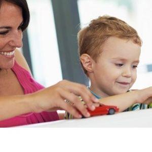 """Avant de développer son langage et sa communication, un enfant doit développer des prérequis. En effet, plusieurs précurseurs importants nous permettent d'observer si la communication se développe normalement ou non. Un des précurseurs essentiels au développement du langage  est le jeu symbolique ou """"jeu de faire semblant""""."""