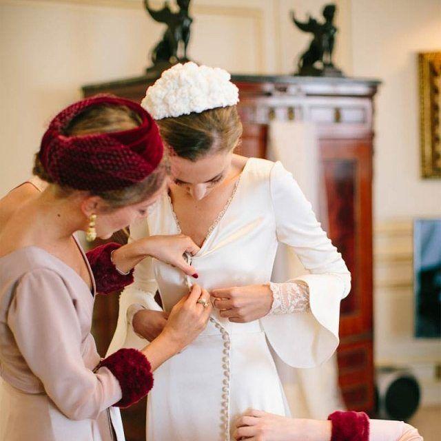 Me encanta! esta foto realizada por @bibianafierro de Sara y su hermana con tocados de #sombrerossolideo vestido de novia de @marcelamansergas  visto en el blog de @casildasecasa #bodas#wedding#tocadosdenovia#tocados#
