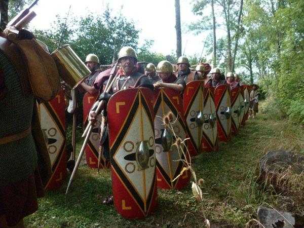 Nous sommes à l'été de l'année 52 avant JC, et Vercingetorix et son armée viennent de se retrancher dans l'oppidum d'Alesia. César, avec une armée de 40000 hommes environ, vient mettre le siège devant le camp gaulois. Il entoure tout d'abord le site d'une puissante circonvallation, pour empêcher toute sortie. Pour ne pas être pris à revers par l'armée de secours gauloise, il va doubler ce rempart d'une contrevallation, tournée vers l'extérieur cette fois-ci.